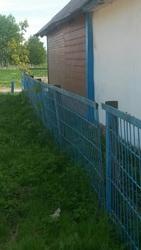 забор голубой ширина где-то около девяти—двадцать метров, высота метр ш