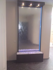 Водопады по стеклу создают комфортную атмосферу в интерьере